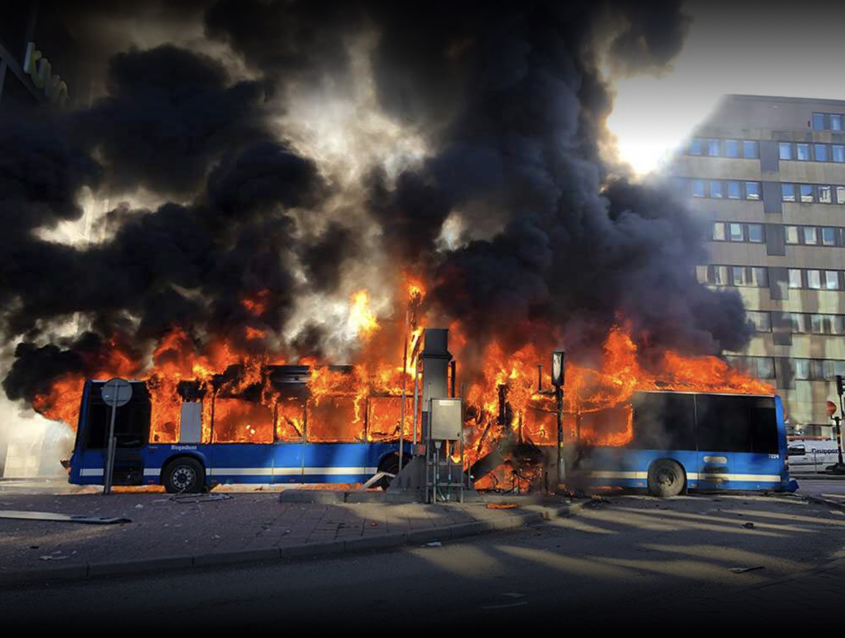 The burning bus as photographed by one of Aftonbladet.se´s readers.