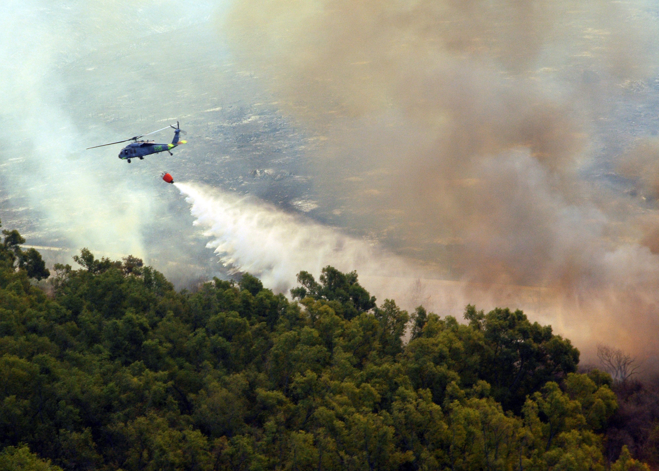 MH-60S_Helicopter_dumps_water_onto_Fire
