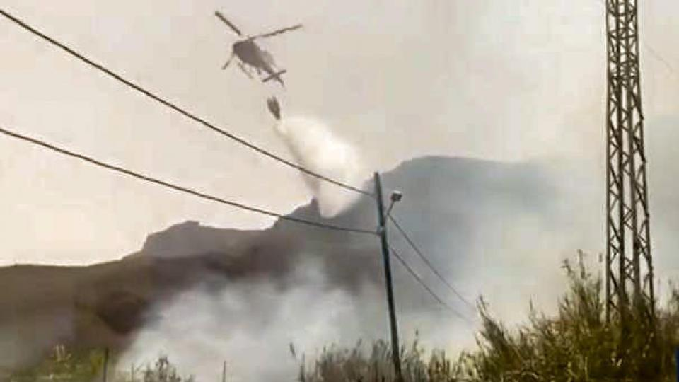 Helicopter applying water on a forest fire in Risco Blanco on southern Gran Canaria today, Monday. Photo: Cabildo de Gran Canaria