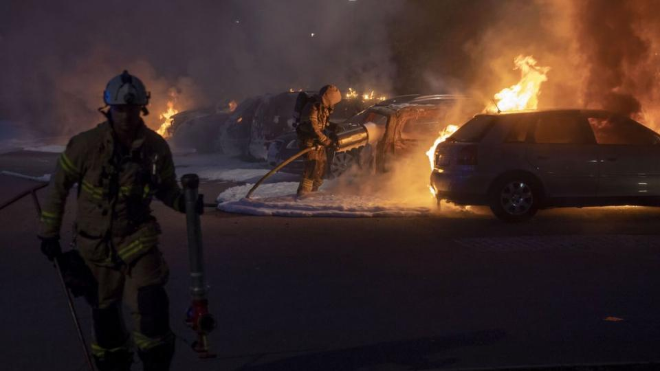 Burning cars nears Gothenburg. Photo: Henric Vesanen
